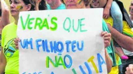 Gritos de ordem contra o PT e a saída da presidente Dilma Rousseff ganharam as ruas do centro de Rio Claro em protesto pacífico realizado na manhã de domingo (15)