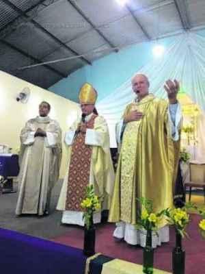O bispo Dom Josivaldo participa da missa celebrada (fotos Facebook/André Godoy)