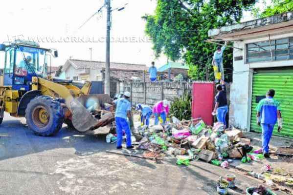 Lixo acumulado por proprietário de casa no Bairro do Estádio. Prefeitura limpou o local