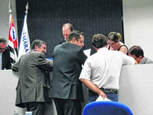 Os vereadores Pereira (PTB) e Juninho da Padaria (DEM) não apareceram na sessão extraordinária dessa quarta-feira (1)