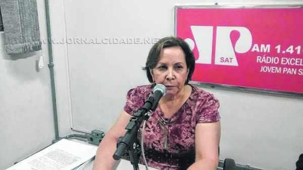 Luci Helena Wendel Ferreira, secretária municipal de Ação Social, no estúdio da Rádio Jovem Pan