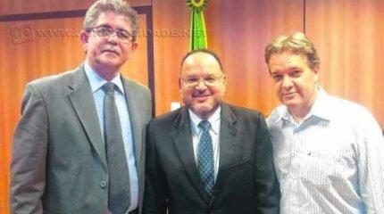 Na foto de arquivo, Du Altimari, o então ministro da Educação, Henrique Paim, e o prefeito de S.J. dos Campos, Carlinhos