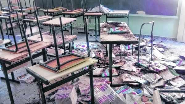 Corpo de Bombeiros foi acionado e controlou as chamas nas salas de aula. Carteiras e cadeiras também foram danificadas (Foto: vereador Juninho da Padaria)