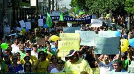 Manifestantes tomaram as ruas centrais de Rio Claro no último domingo (12), pedindo a saída da presidente Dilma Rousseff