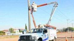 Funcionários da Elektro fazem reparos em poste de iluminação público em bairro de Rio Claro