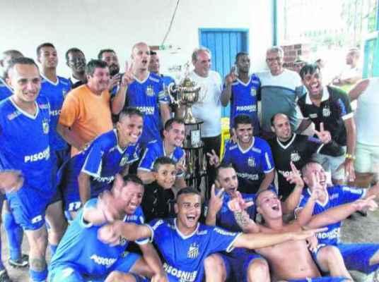 Após empate na final, AE Pisos Nice comemora o título conquistado na tarde do último domingo (19), na Lagoa Seca (Foto: Liga Municipal de Futebol)