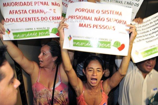 Manifestantes durante votação na CCJ da Câmara (Foto: Laycer Tomaz/ Agência Câmara)