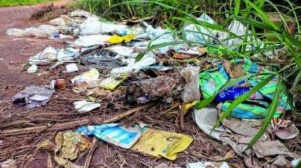 SUJEIRA POR TODOS OS LADOS: lixo e entulho em uma das entradas da Floresta Estadual ameaçam o rio Ribeirão Claro