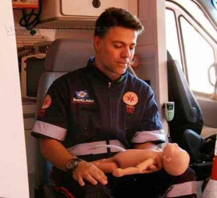 O médico emergencista José Carlos Naitzke Junior em procedimento no vídeo abaixo