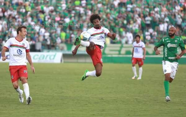 Rubro-Verde superou adversidades e com um a menos e na raça, venceu seu primeiro jogo longe do Benitão (Foto: Leandro Ferreira/AAN)