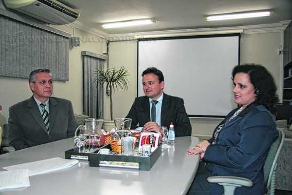 Os advogados Paulo Valle Camargo, Conrado Paulino da Rosa e Ana Paula Gonçalves Copriva participam do Café JC