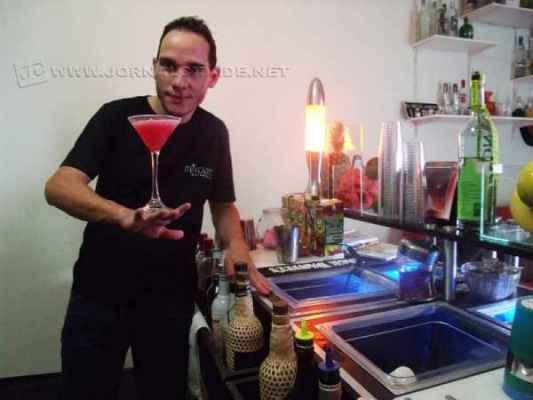 O bartender Chris Pedroso preparando mais um drink especial. Opções de sabores não faltam e agradam a todos