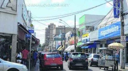 Lojas do comércio de rua vão funcionar em horário estendido até as 18 horas no sábado (11)