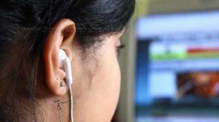 Cena cotidiana: pessoas de todas as idades ouvindo música, seja em ambientes fechados ou abertos