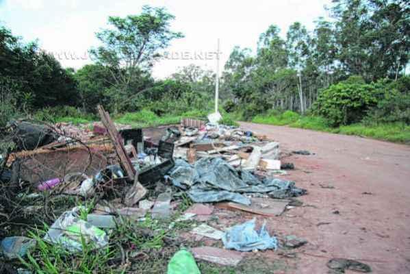 Área nas proximidades do Ribeirão Claro, no trecho da Vila Industrial, contendo acúmulo de entulhos e outros materiais