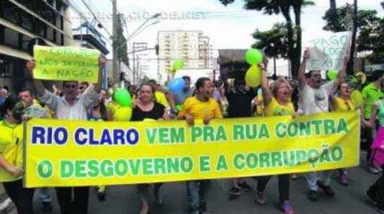 Manifestantes durante o primeiro ato contra a presidente Dilma Rousseff (PT), na Praça da Liberdade, em Rio Claro