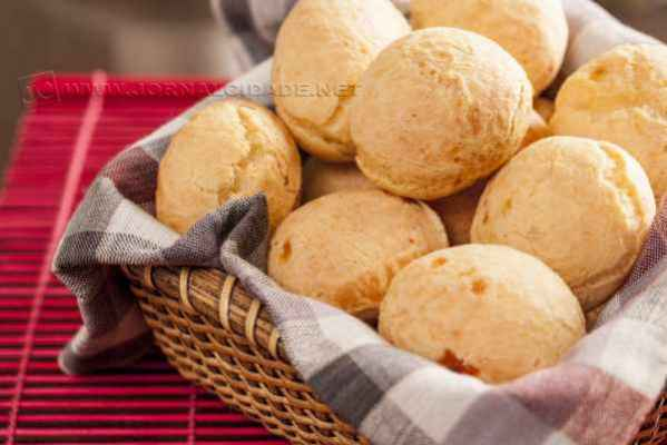 O pão de queijo é receita tipicamente brasileira que combina perfeitamente com qualquer lanche da tarde (Imagem: divulgação)