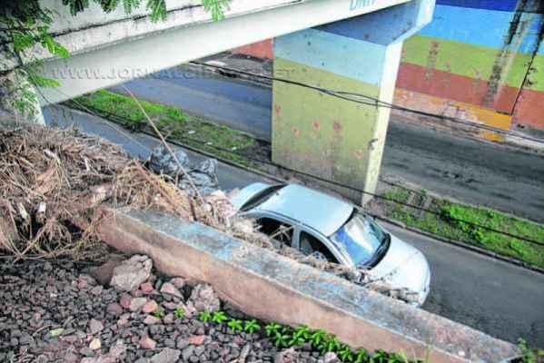 Nas redes sociais, motorista relata que teve o teto do carro apedrejado no pontilhão da 29