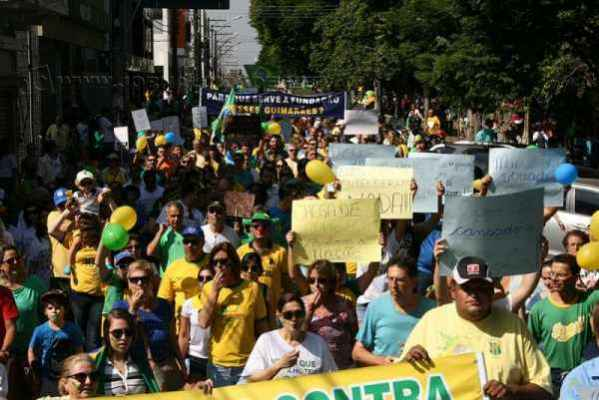 A passeata que circulou pelas principais ruas do Centro teve escolta da PM e Guarda Civil Municipal