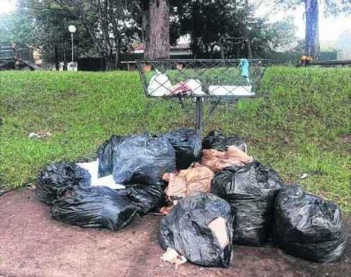 Leitor registra sacos de lixo ao redor de lixeira vazia em praça do Vila Bela