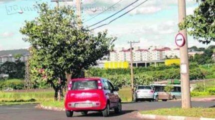 Veículos circulam na Avenida Ápia, na região do bairro Jardim Centenário. Durante permanência da reportagem no local, veículos faziam conversão proibida