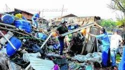 Funcionários da Prefeitura retiram lixo de residência