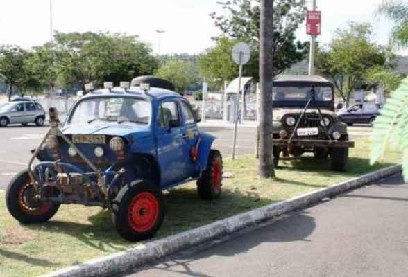 Os veículos já invadiram os corredores e estacionamento do centro de compras, com exposição de Jeeps e gaiolas de competição