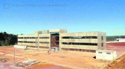 Vista do novo prédio do Fórum, na região do Bela Vista. Obras foram interrompidas em 2014 (foto setembro/2014)