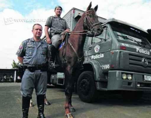 Sargento Marucci (em pé) e soldado Benites compõem a equipe do Grupamento de Polícia Montada