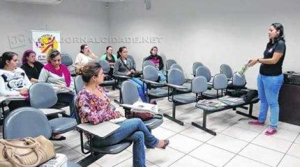 O desenhista e caricaturista Evandro Prates e a diagramadora Karina Zilah da Fonseca participaram das atividades de quarta