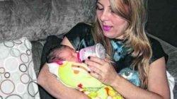 """Na foto, Karina segura a pequena Laura em seus braços e comemora a chegada de sua filha através da """"barriga solidária"""""""