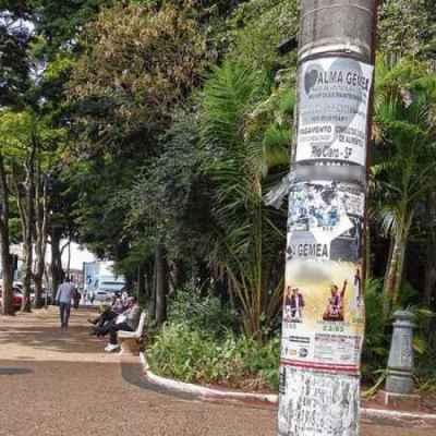 Postes de iluminação pública com vários cartazes no cruzamento da Rua 4 com a Avenida 2