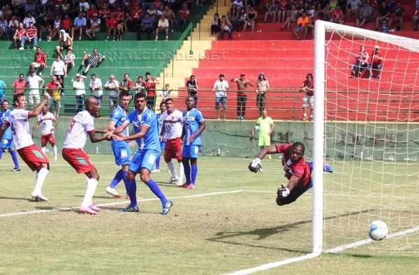 Tiago Bernardi cabeceia para marcar o gol da vitória e da permanência do Velo Clube na série A-2
