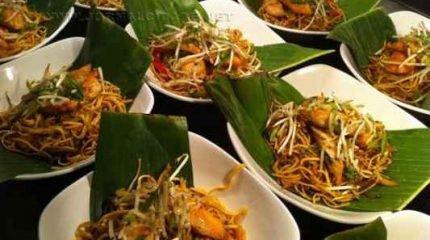 Festas Temáticas reúnem os costumes e culinárias de outros países. Na foto, um prato chinês servido na folha de bananeira, conhecido como 'Noodless Stir Fry'