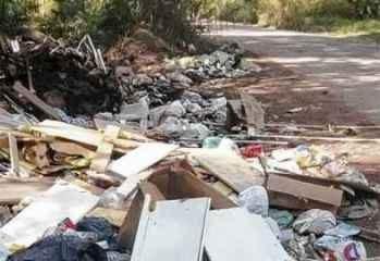 Lixo despejado próximo às margens do Corumbataí: crime ambiental e ameaça ao meio ambiente