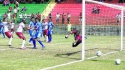 O zagueiro e capitão Tiago Bernardi (à esquerda), no momento do gol contra o Água Santa, aos 15 minutos do segundo tempo