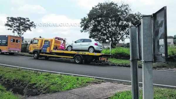 Nessa segunda (1º), carro se envolveu em um acidente em rotatória da Av. Tancredo Neves