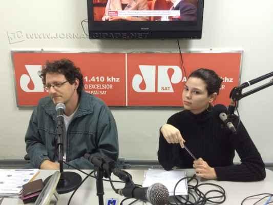 Na foto, André Bertoletti, da Coalizão Democrática, e Carol Gomes - da Associação Juventude Ativa (AJA)