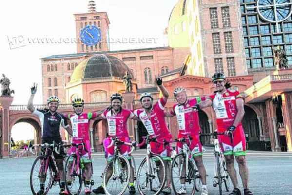 O grupo de ciclistas composto por Vinicius, Alê, Palata, Marcelo, Walter e Ricardo na Basílica de Aparecida, no último sábado