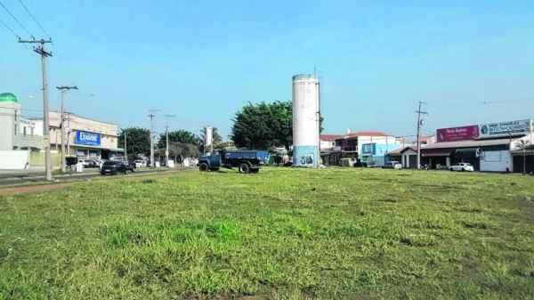 Área destinada à construção de novo Centro Dia do Idoso em Rio Claro está deste jeito: vazia e com mato. O empenho da obra ocorreu de dezembro de 2013, com repasse de R$ 300 mil