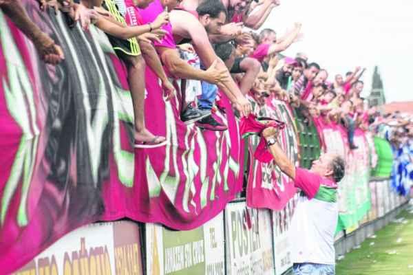Após a vitória por 1 a 0 contra o Água Santa, João Vallim comemora a permanência do Velo Clube na série A-2 com a torcida