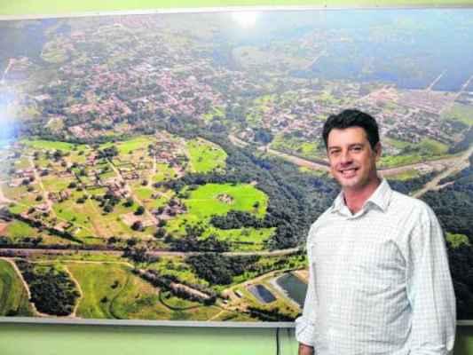 Prefeito Rogério Ulson, em seu gabinete no paço, aponta locais onde devem acontecer obras para beneficiar o turismo