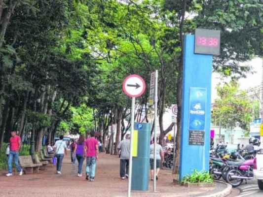 Termômetro no Jardim Público informa as horas e a temperatura