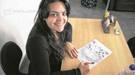 Artista plástica Cinthia Cagnoni dá os últimos retoques na arte que estampa a capa do JC especial de aniversário de Rio Claro