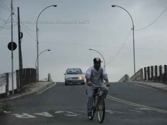 Ciclistas atravessam pontilhão do Inocoop. Prefeitura apresenta como alternativa aos ciclistas ciclofaixa na Avenida dos Costas, que garante travessia segura