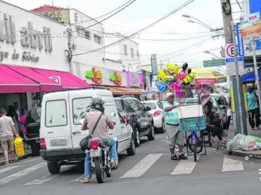 Consumidores caminham pela Rua 3, na área central da cidade. Lojas do comércio de rua vão ficar abertas até as 22 horas