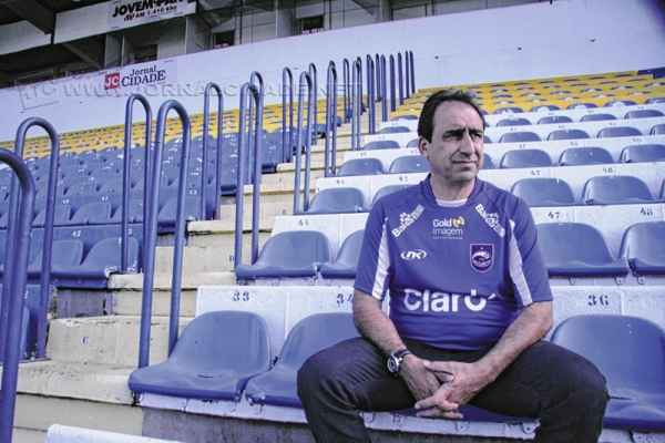 O técnico Luis dos Reis tem observado jogadores das divisões do Brasileiro e visa iniciar os treinamentos no mês de novembro