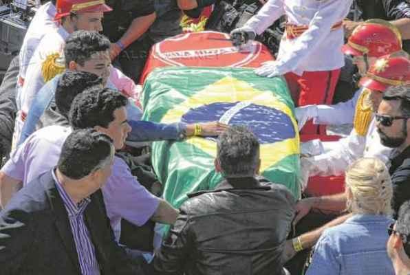O velório do casal foi aberto ao público em Goiânia. O enterro ocorreu nessa quinta (25) Foto: Selma Candida/OHOJE