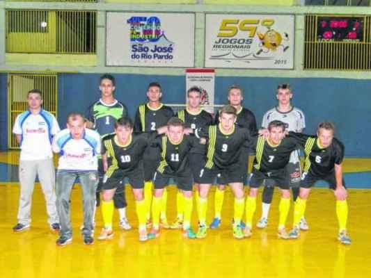 Time de futsal masculino estreou com goleada de 9 a 1 sobre a cidade de Aguaí. Ao lado, a capoeira masculina e feminina posa para fotos com o troféu de campeões da modalidade