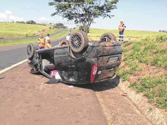 O veículo capotou na SP-310 na manhã desse domingo (26). (Foto: Marcelo Ono)